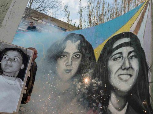 Un murale per gli scomparsi con i volti di Mirella ed Emanuela e gli auguri di Maria Pezzano alla figlia.
